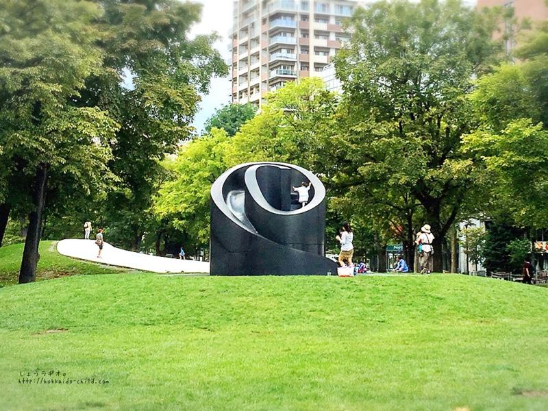 イサム・ノグチの彫刻の滑り台
