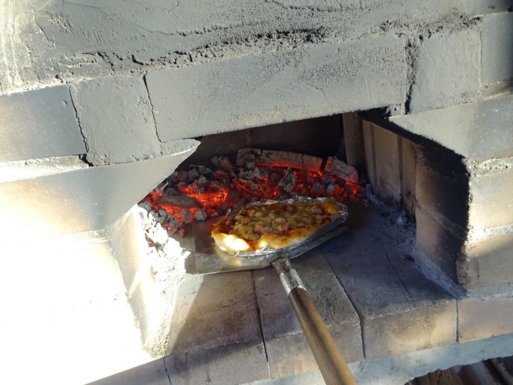 石窯でピザを焼いてます!