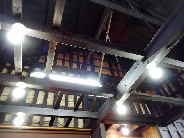 蔵造りの店内は天井にも味わいがあります