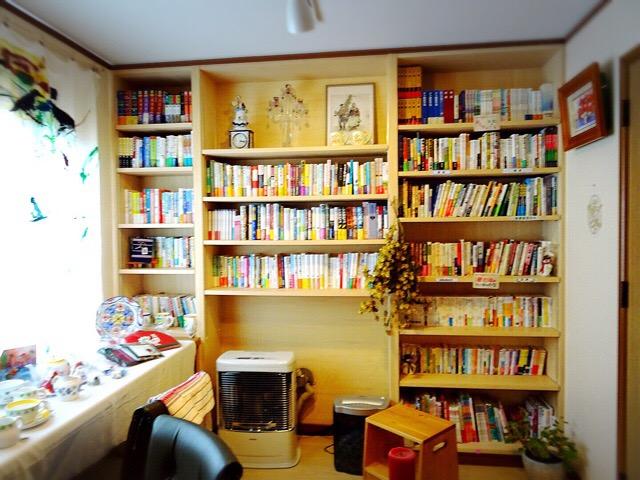 児童書や大人向けの本もあります