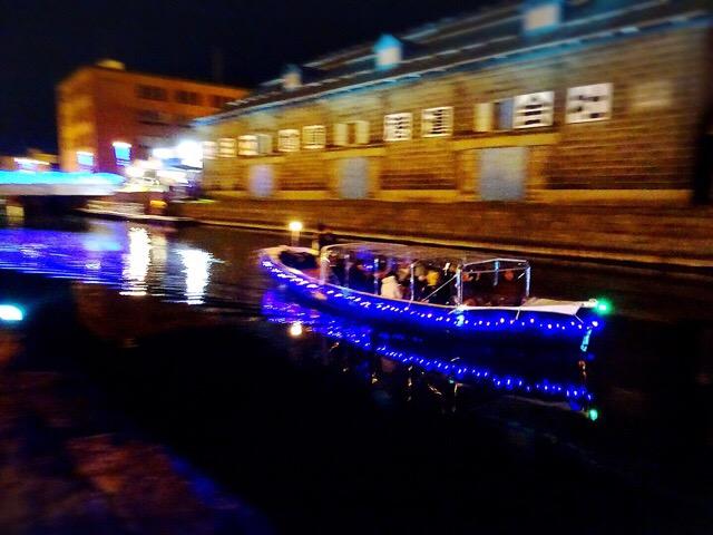 クルーズ船も青くライトアップされています