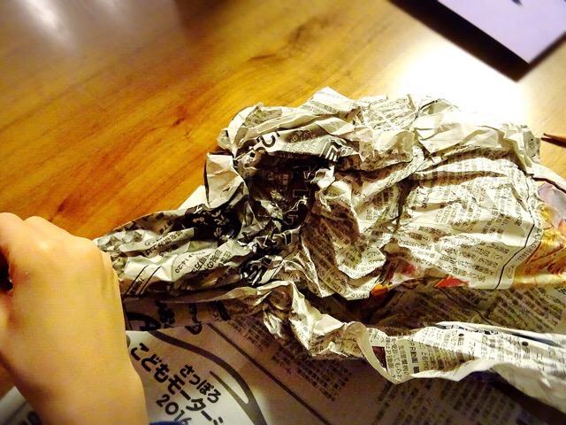 新聞紙をくしゃくしゃにします