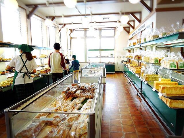 ボストンベイク里塚店の店内 菓子パンから総菜パンまでそろっています