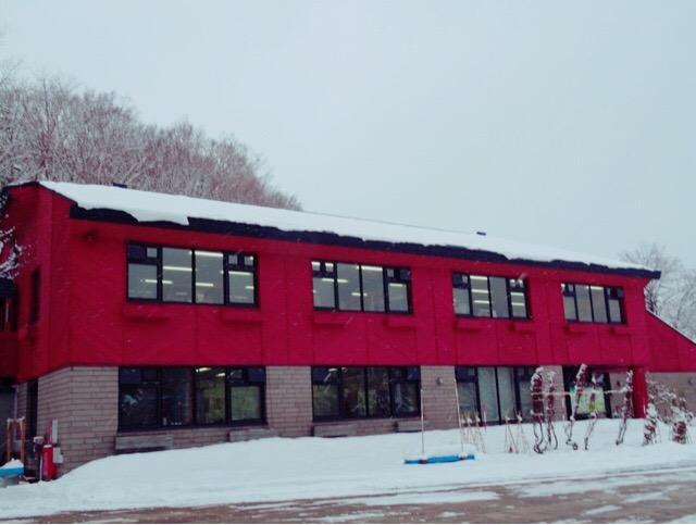 赤い建物が会場の工芸館
