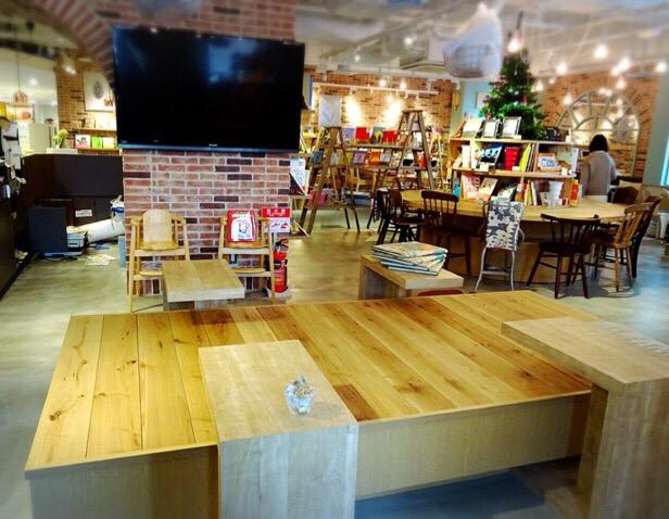 店内ではDVDが流れていました。テーブルも低く子どもにもおすすめの席