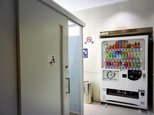 授乳室・おむつ替えコーナーと自販機