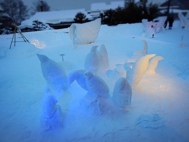 かわいらしいペンギンの雪像も。日没後はライトアップされます