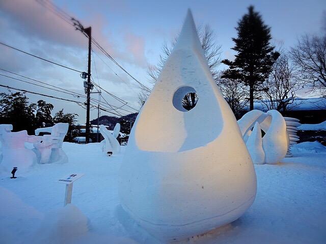 抽象的で芸術性の高い雪像が並ぶ