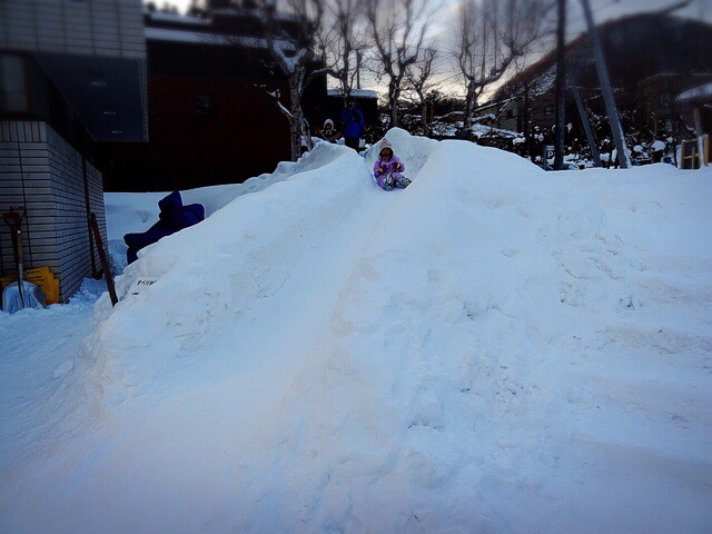雪の滑り台。規模は小さいですが大人気でした!