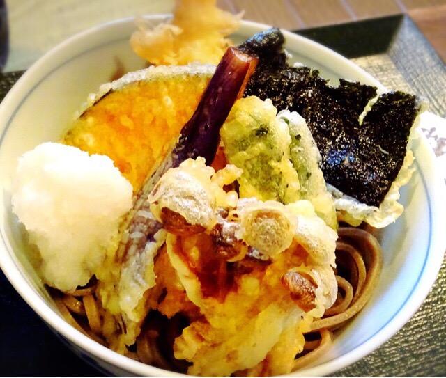 頂いたのは錦水庵蕎麦。たくさんの天ぷらと大根おろしが添えられています