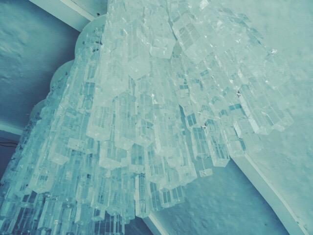 シャンデリアのようなオブジェも氷!