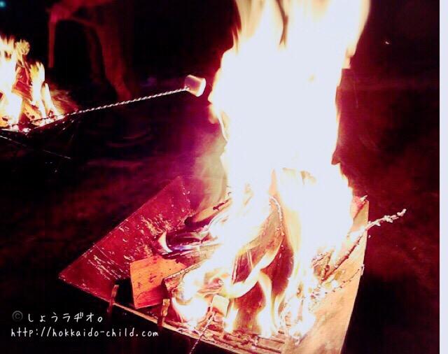 マシュマロを火であぶっているところ