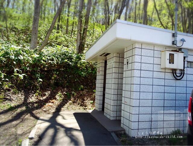 登山道入り口にはトイレもあり