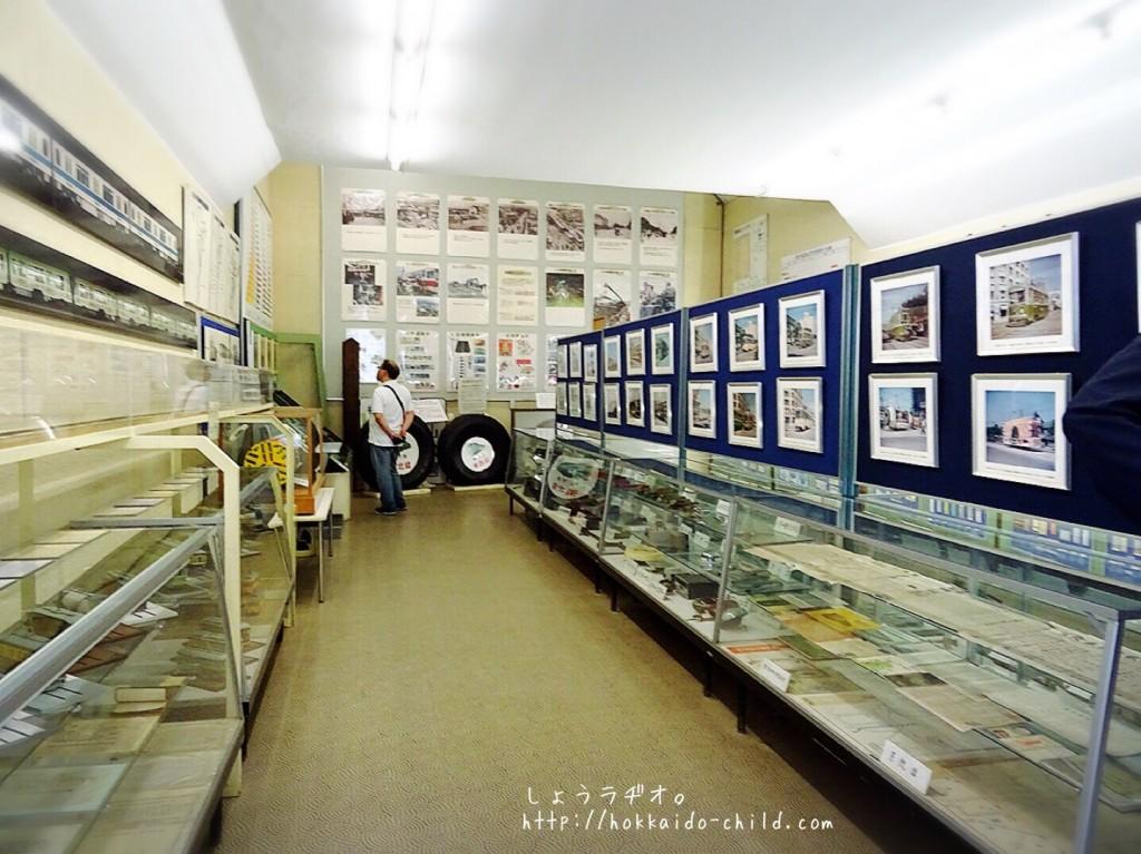 写真や部品、切手などの展示