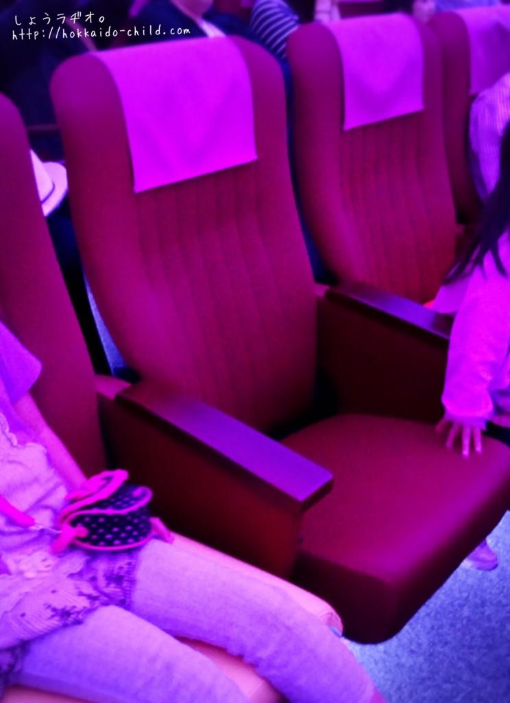 映画館のようにゆったりとした座席