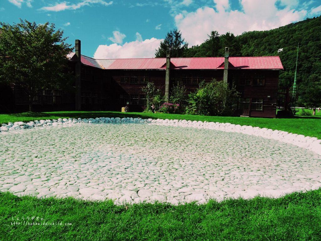 白大理石が敷き詰められた池