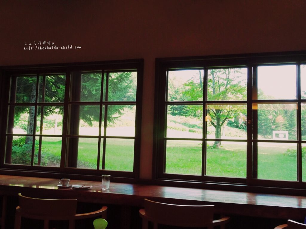 大きな窓からは作品も見えます