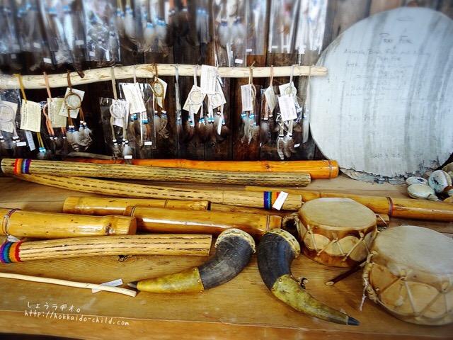 売店で売られている民族楽器など