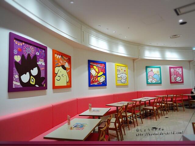 ハッピーフライトカフェの店内。サンリオのキャラクターがたくさん!