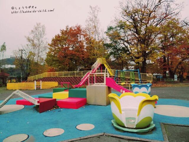 小さな子どもから遊べる広場。カラフル!