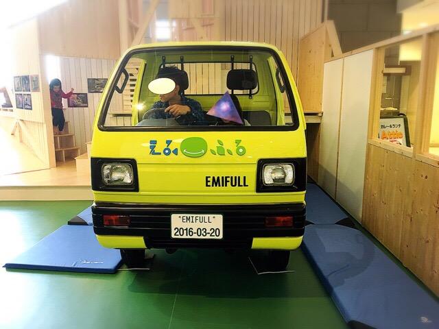 運転席や荷台に乗れるトラックも大人気!