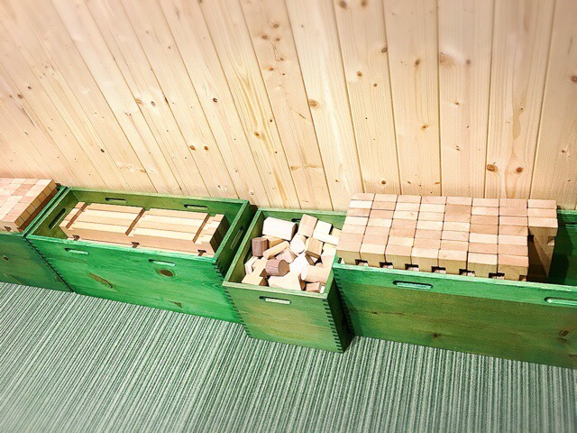 溝に組み合わせて作品をつくれる積み木