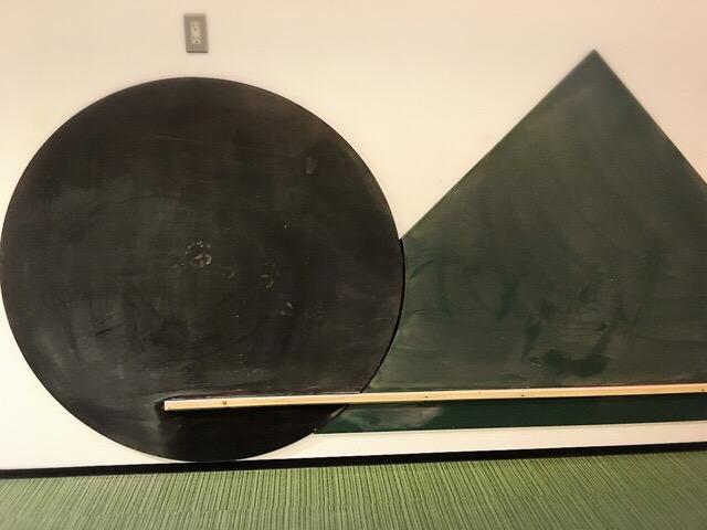 壁にお絵かきできる黒板。