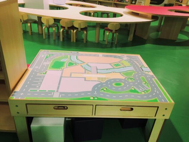 木の車を走らせて遊べるテーブル。