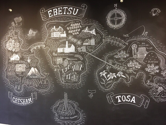 大きな黒板にはチョークアート!
