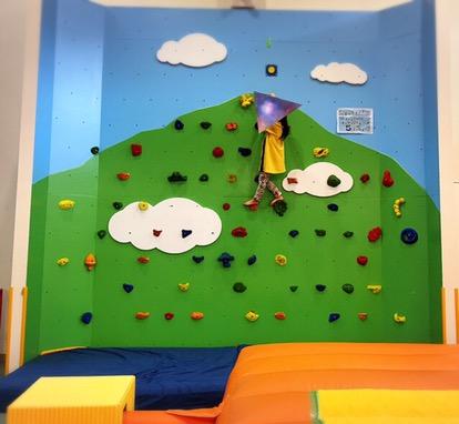 ボルダリングができる壁。