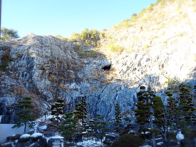 目の前には岩の壁!洞窟発見