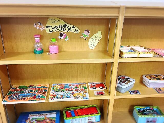 図書コーナーには本以外にもカードゲームやおもちゃの棚もあり
