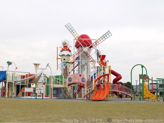 遊具広場は公園入ってすぐ