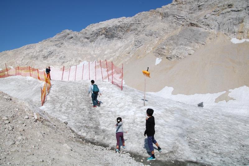 山頂付近には氷河も