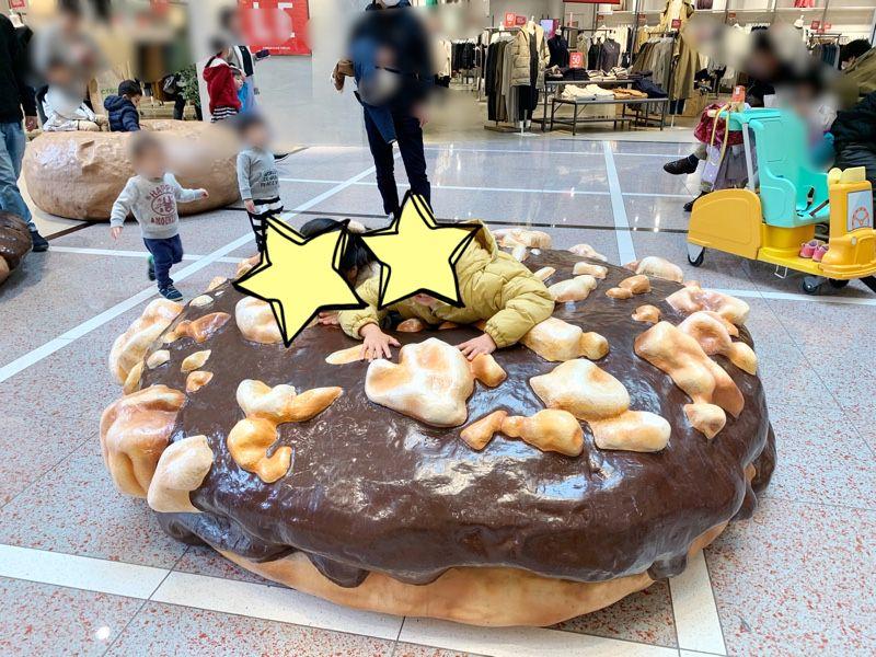 巨大ドーナツにパクリ!