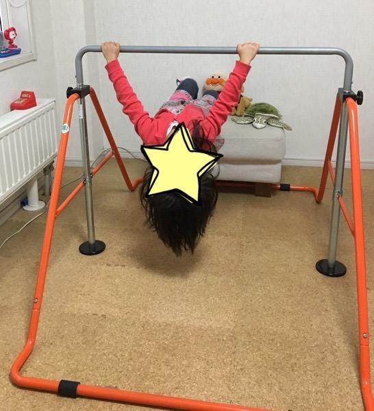 鉄棒の前に足の置き場を作って練習!