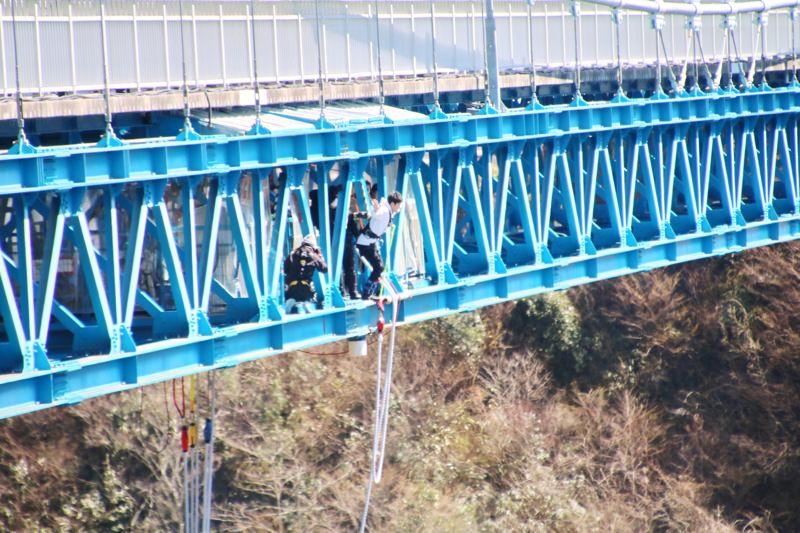 バンジージャンプの見学は橋の反対側から