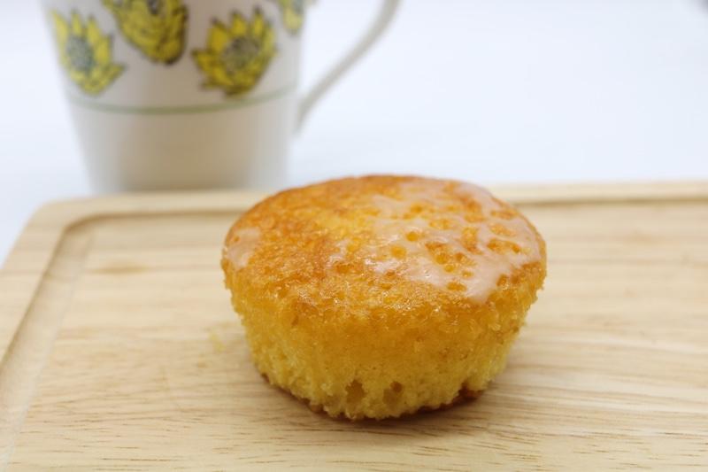 レモンの皮と果汁をつかった口溶けのよいパウンドケーキ