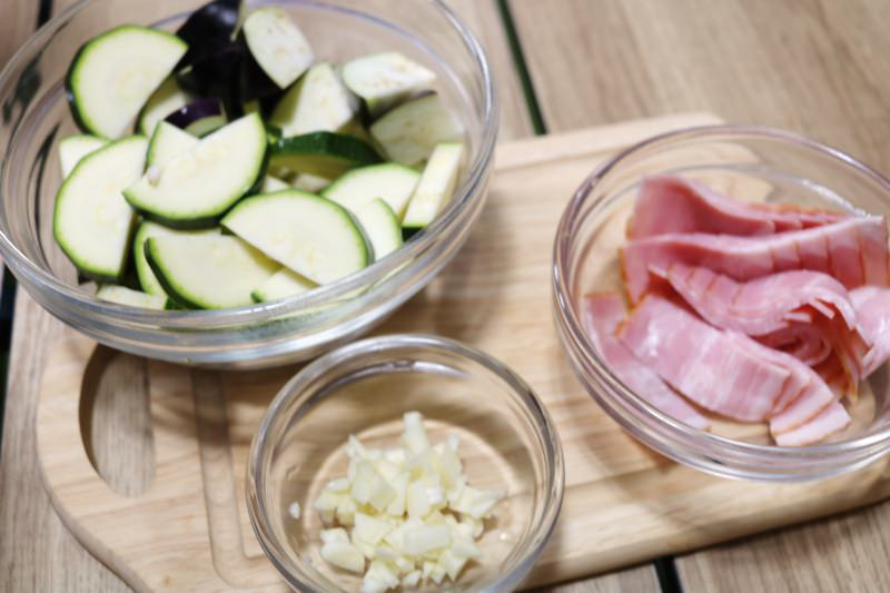 にんにくはみじん切り、野菜・ベーコンは食べやすい大きさに!